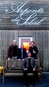 Nicolas S-Agnez devant ses artistes (de gauche à droite) : Anders RINDOM, Daniel PIERRE dit HUBERT et Stefan HOAREAU.